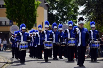 zu sehen ist ein großer Teil der Marchingband beim Spielen an der Bouser Maisause