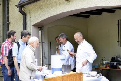 zu sehen sind die Koeche des Hobbykochclubs der DJK an der Bouser Maiseause bei der Ausgabe der Erbsensuppe