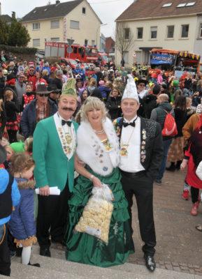 Das Prinzenpaar und der Chef des Elferrates mit großer Menschenmenge kurz vor dem Sturm