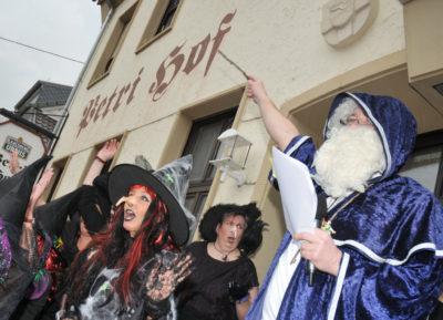 zu sehen ist der Zauberer Stefan Louis und seine Hexen am Bouser Sturm auf den Petri Hof