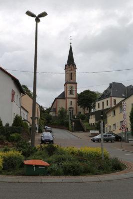 Blick auf die kath. Kirche vom Kreisel aus gesehen