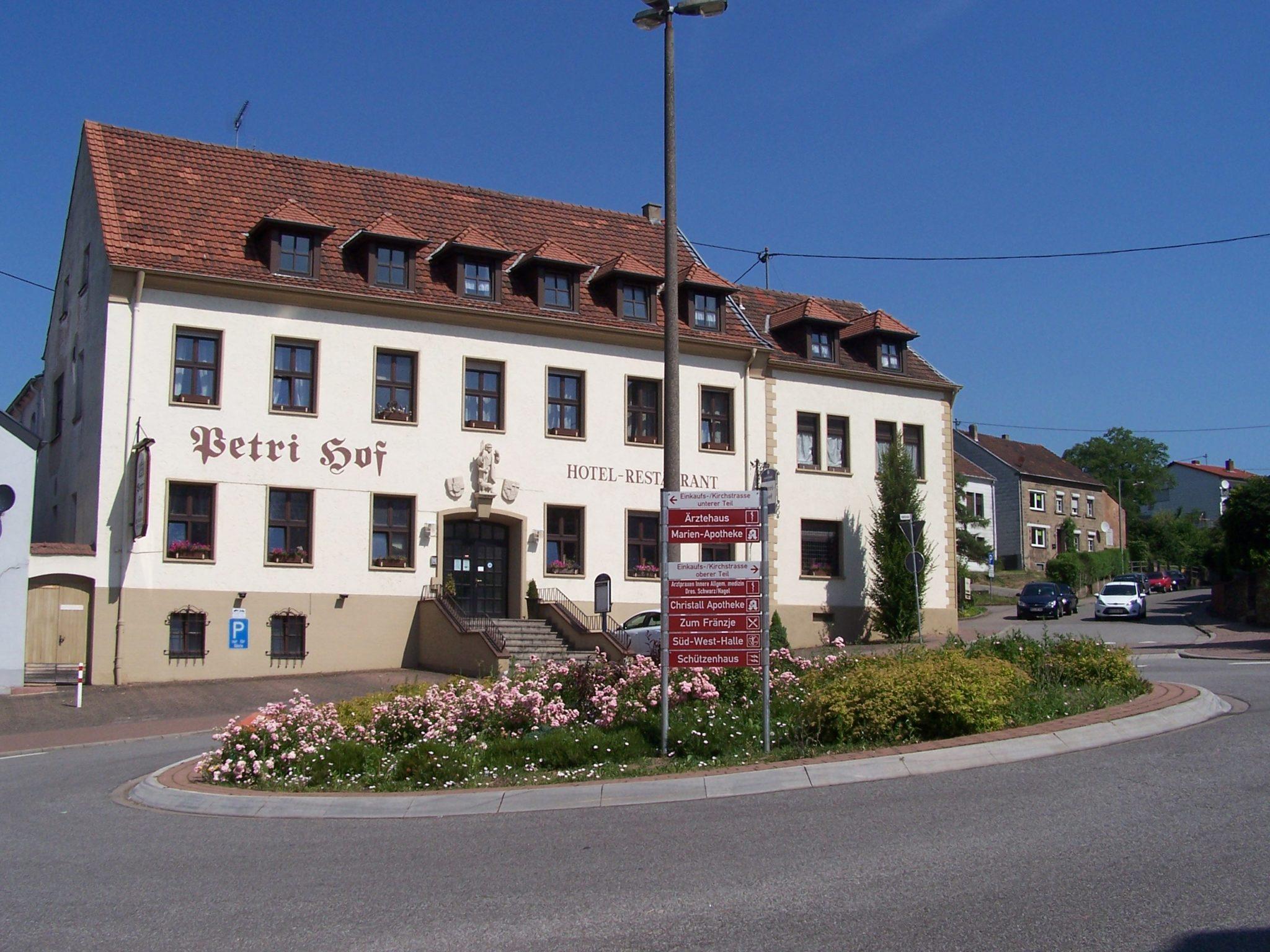 zu sehen ist der Bouser Petri Hof, im Vordergrund der Kreisverkehr