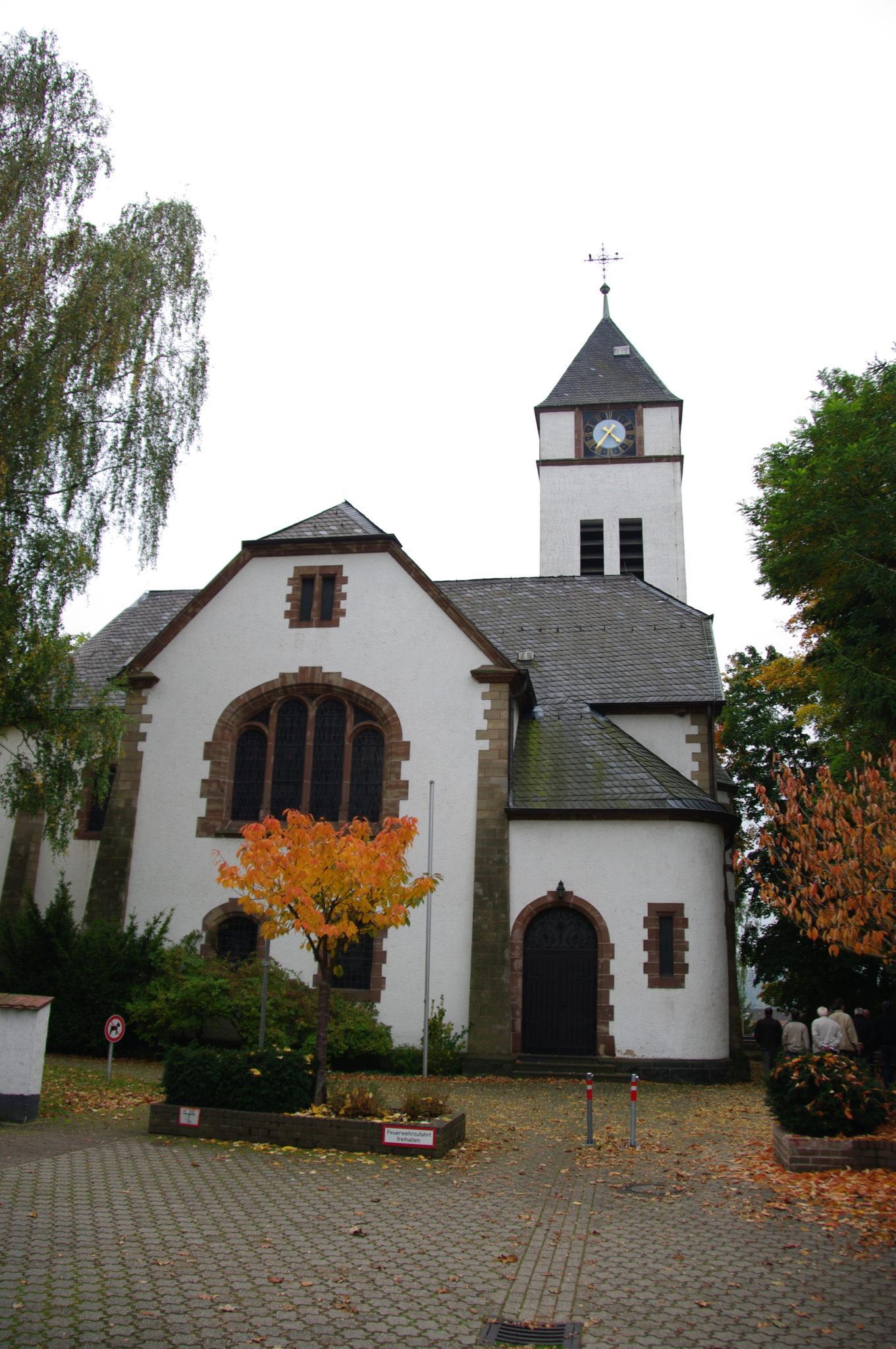 zu sehen ist die evangelische Kirche mit Vordereingang