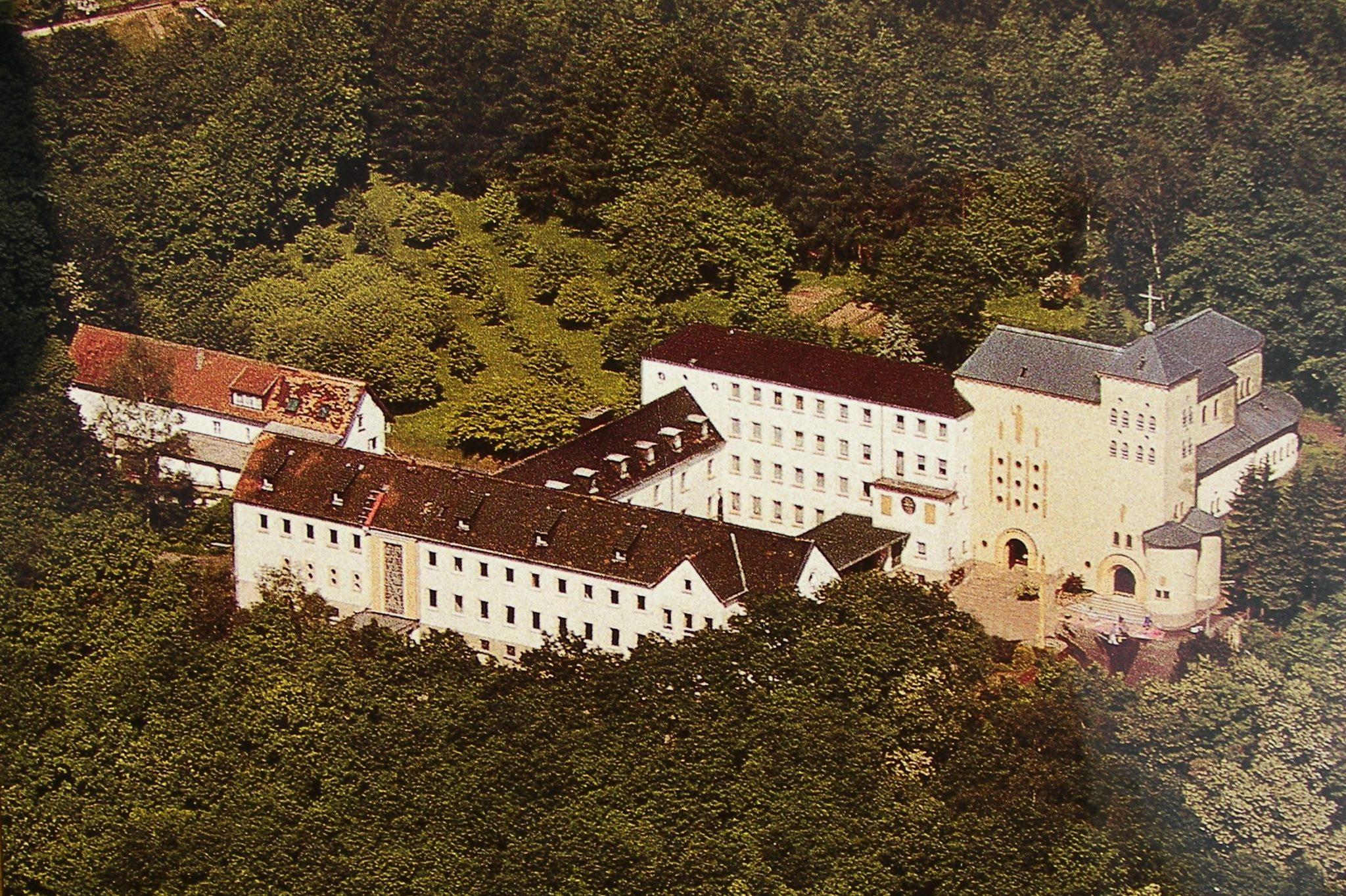 zu sehen ist ein Foto vom Bouser Kloster Heiligenborn, aufgenommen aus einem Flugzeug