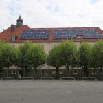 zu sehen ist die Bisttalschule vom Marktplatz