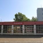zu sehen ist die Vorderansicht des Feuerwehrgeraetehauses mit Schlauchturm