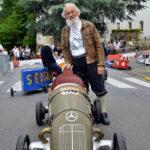 zu sehen ist der Bouser Alfred Geber mit seinem Seinfenkisten-Nachbau eines uralten Mercedes