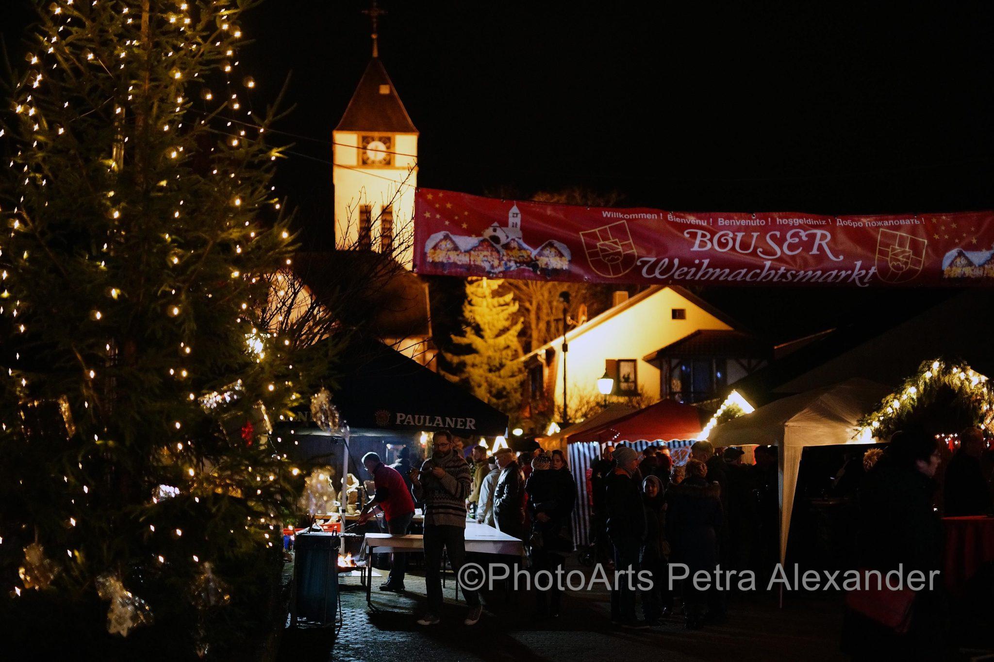 Blick über den Weihnachtsmarkt bei Nacht mit Beleuchtung