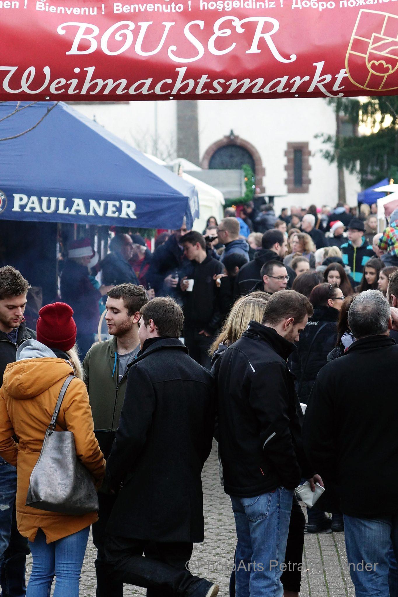 zu sehen sind viele Menschen auf dem Bouser Weihnachtsmarkt