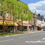 zu sehen ist die Lesequelle sowie NKD in der Saarbruecker Straße mit der Baumanlage davor