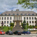 zu sehen ist das Rathaus Bous mit einem Foto aus neuerer Zeit