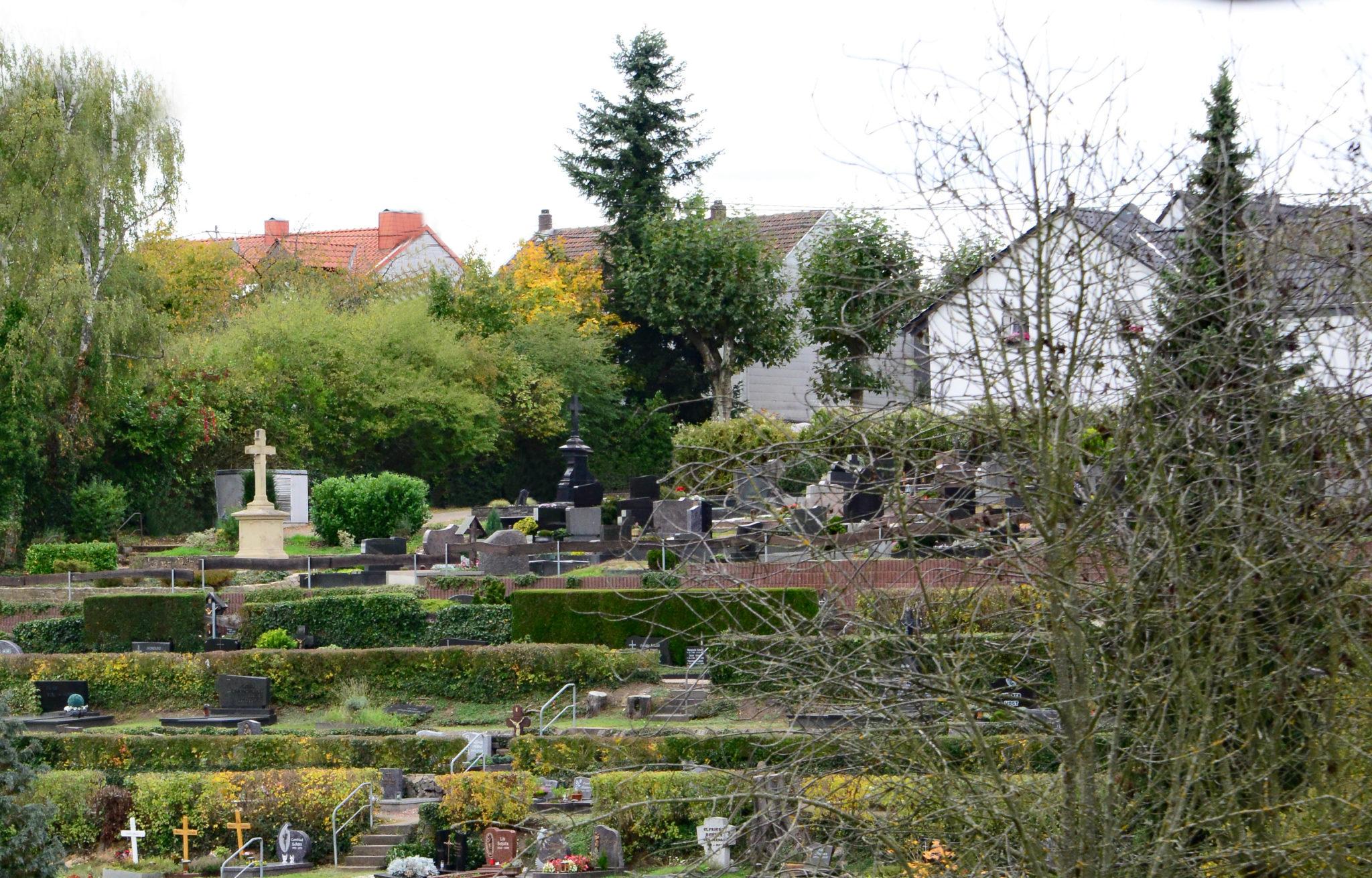 zu sehen ist ein Ausschnitt des Bouser Friedhofs