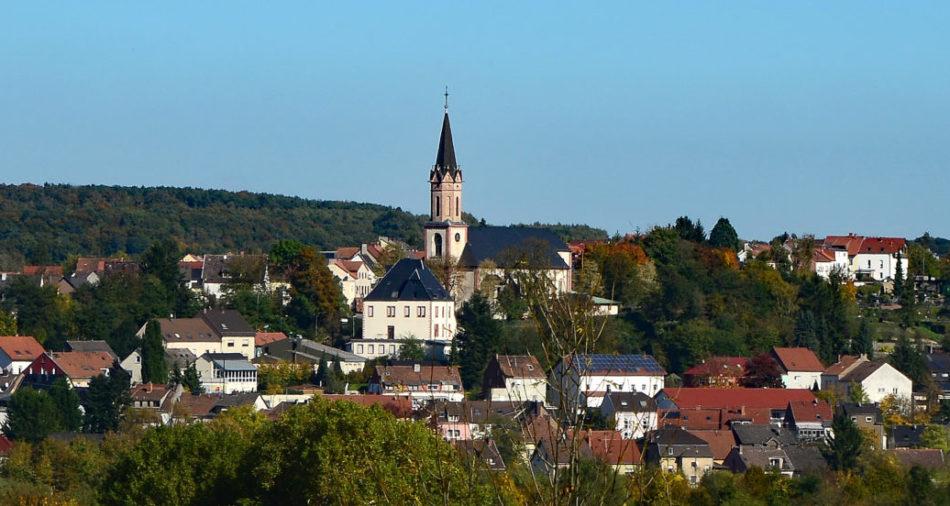 Ein Blick aus Wadgassen auf die Gemeinde Bous mit der katholischen Kirche in der Mitte