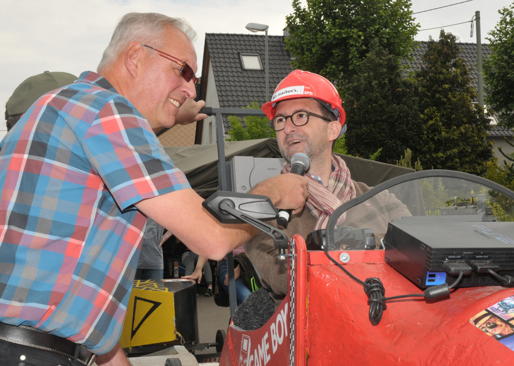 zu sehen ist Moderator Thomas Wollscheid im Interview mit Umweltminister Reinhold Jost, kurz vor dem Start des Prominentenrennens an der Bouser Maisause.