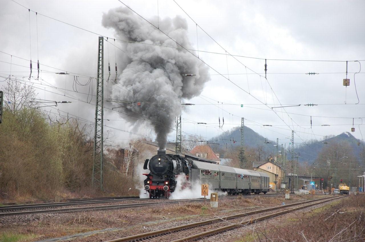 zu sehen ist eine Dampflokomotive bei der Durchfahrt durch den Bouser Bahnhof