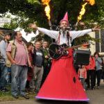 zu sehen ist der Alleinunterhalter Doktor Musikus mit einer Feuershow