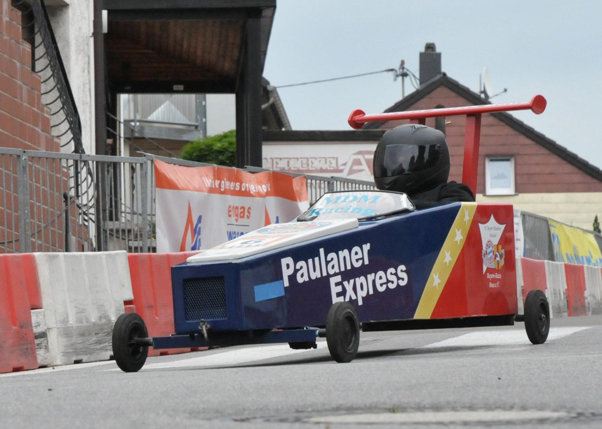zu sehen ist die Seifenkiste der Bayern-Bazis-Bous im Rennen an der Bouser Maisause, die Kiste trägt den Namen Paulaner Express