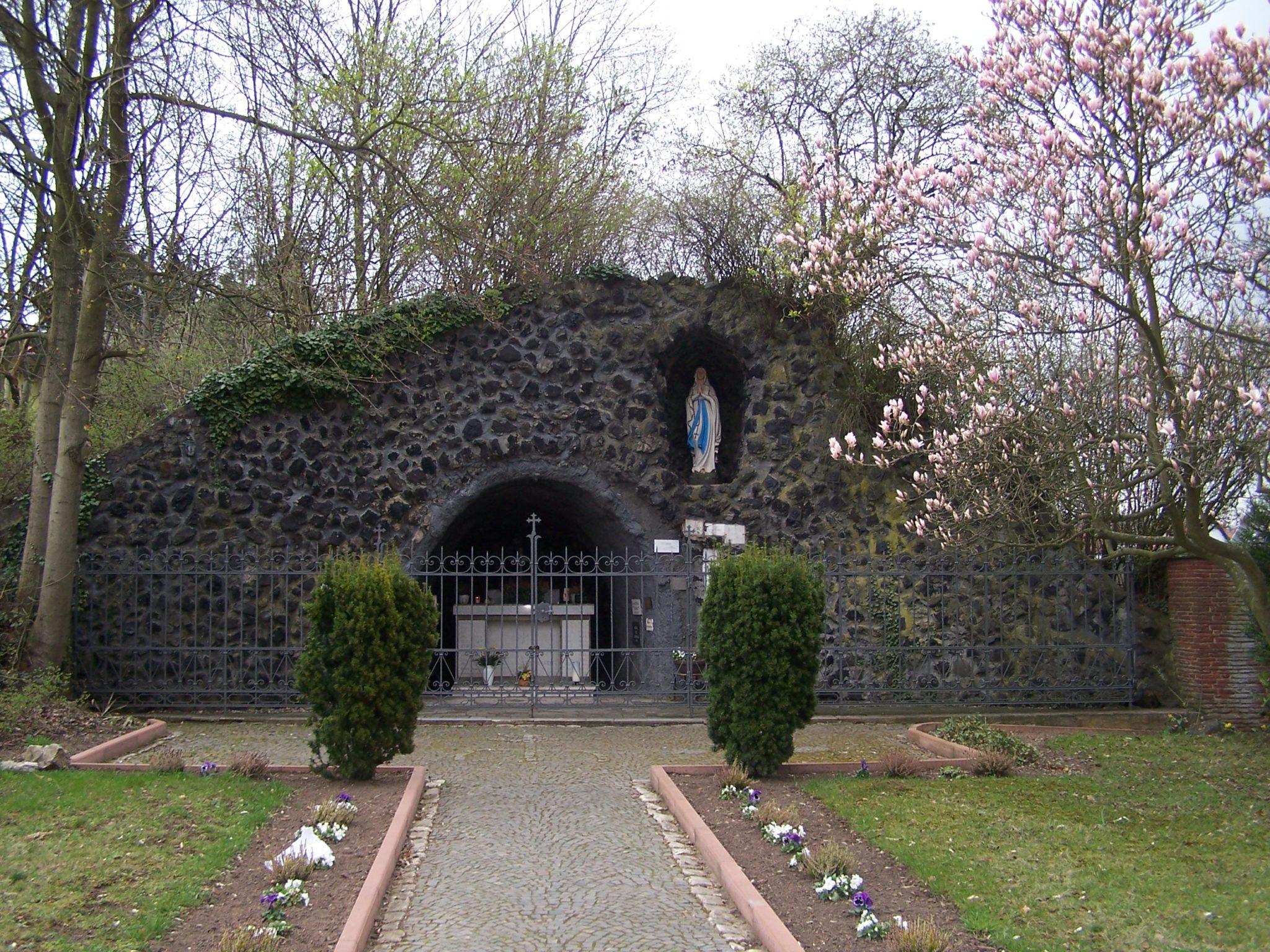 zu sehen ist die Mariengrotte am Eingang des Bouser Friedhofes