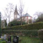 zu sehen ist der Bouser Friedhof und die katholische Kirche