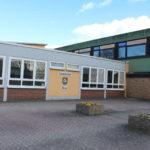 zu sehen ist der Eingangsbereich der Grundschule Bous