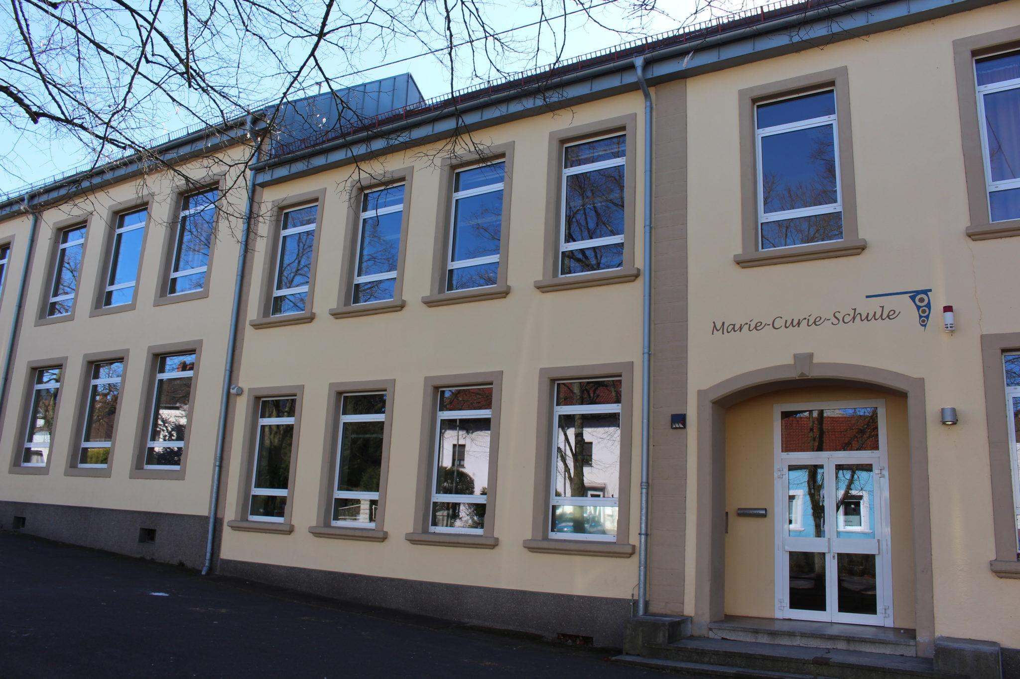 zu sehen ist der Eingang der ehemaligen Marie Curie Schule mit dem Schriftzug. Die Schule gehört jetzt zur Bisttalschule Wadgassen-Bous