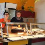 Hier sehen Sie die Leiterin der Kantine Heike Raubuch mit der Aushilfe Elisabeth Goergen.