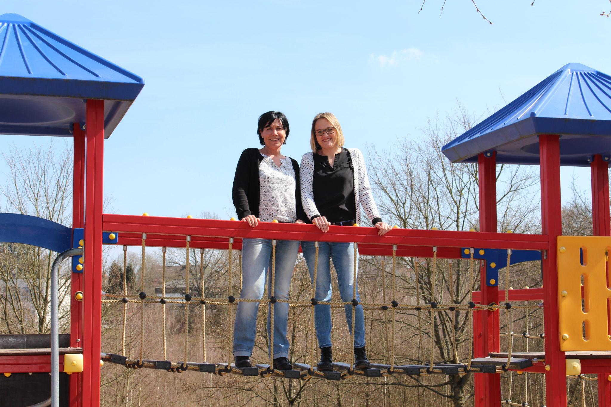 zu sehen ist die Leitung der FGTS Frau Mansion und Frau Ostner auf dem Klettergeruest an der Grundschule