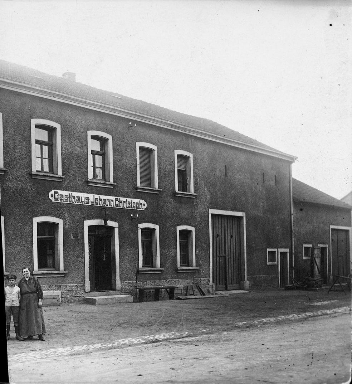 zu sehen ist ein altes Foto vom Gasthaus Johann Christoph
