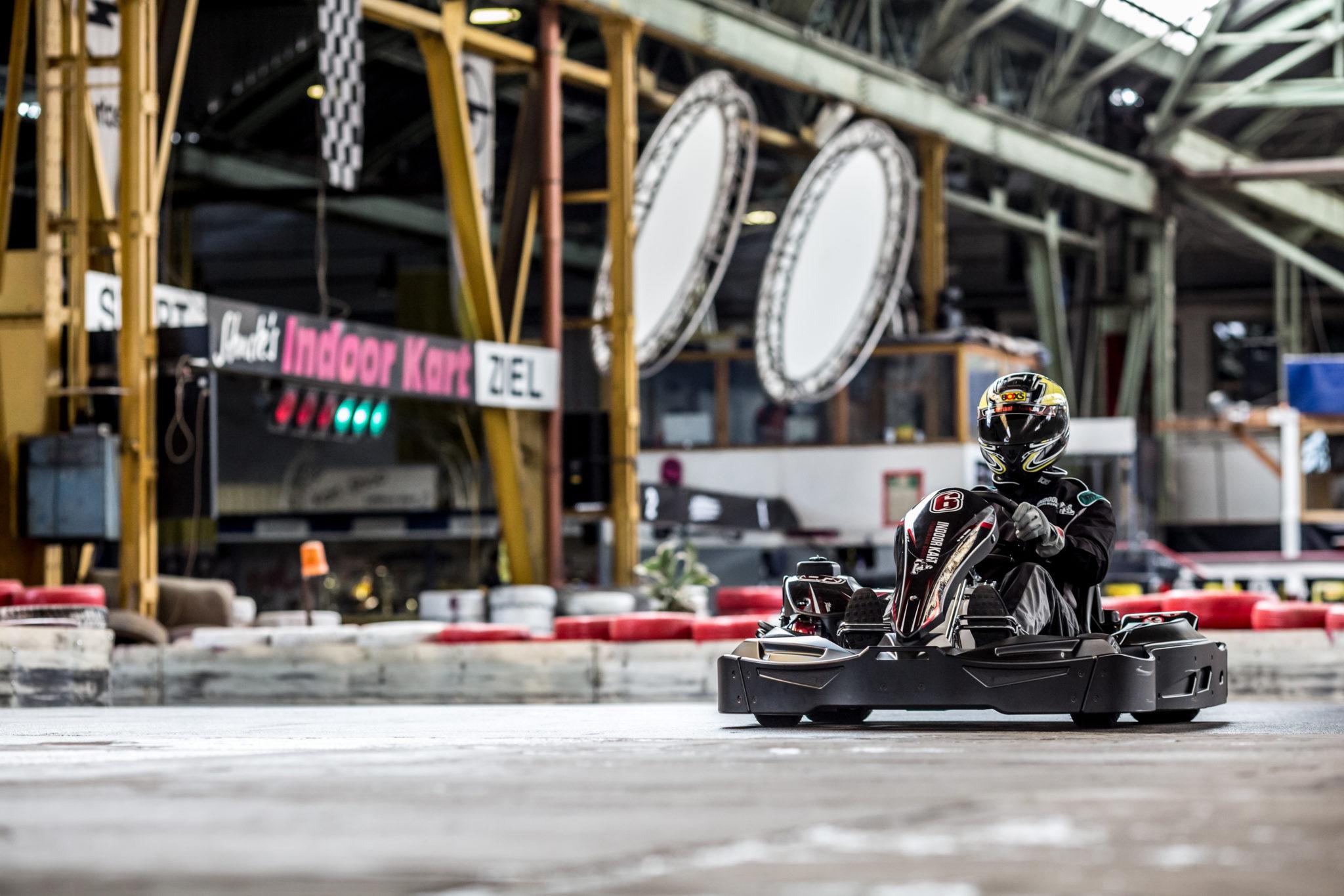 zu sehen ist ein Rennfahrer auf einem Kart der Kartbahn Bous