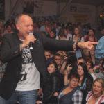 zu sehen ist eine feiernde Menschenmenge im Oktoberfestzelt in Bous, im Vordergrund der Saenger Olaf Henning mit