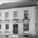 zu sehen ist ein altes Foto der Gastwirtschaft und Baeckerei Peter Rupp