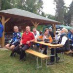 zu sehen sind Radfahrer bei einer Rast am Bouser Schützenhaus anlässlich der Eröffnung der Bouser Runde