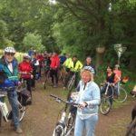 zu sehen ist eine große Gruppe Radfahrer bei einer Zwischenrast anlässlich einer Fahrt auf der Bouser Runde. Die Bouser Runde ist eine Radstrecke rund um Bous.