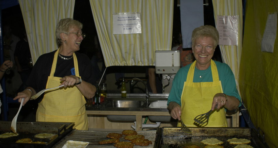 Tradition am Chausseefeschd wie anschließend am Oktoberfest, der Grombierkiechelstand des Turnverein Bous