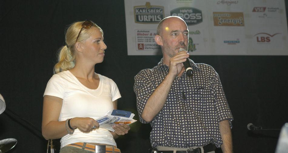 Die spaetere Tatort-Kommissarin Elisabeth Brueck mit Moderator Rainer Laschet am 25. Bouser Chausseefeschd 2003 auf der Hauptbuehne Rathaus
