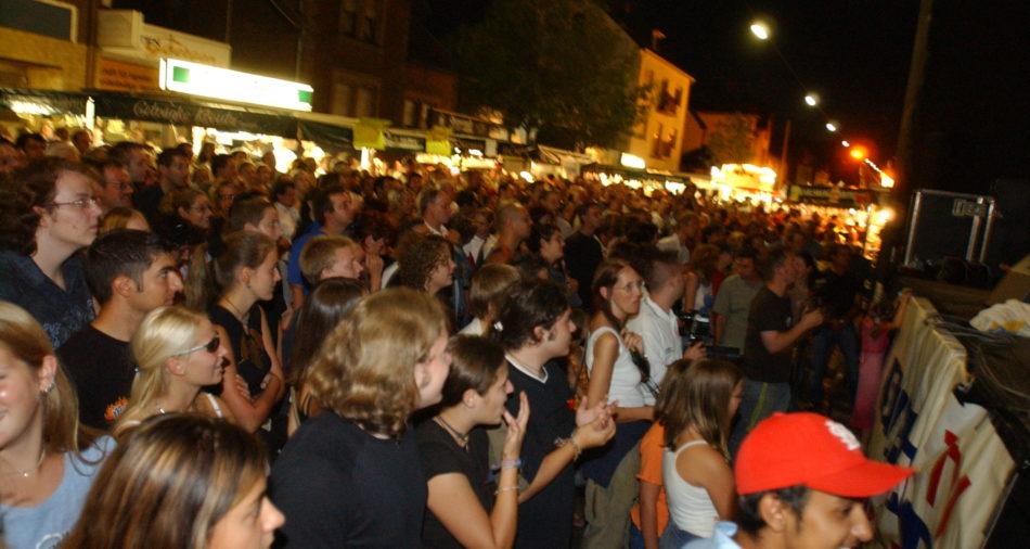 Zehntausende sind auf der B51 unterwegs und feiern das 25. Bouser Chausseefeschd 2003, hier an der Buehne Rathaus