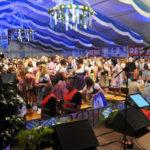 zu sehen ist ein gut besuchtes Zelt bereits am Freitag des Bouser Oktoberfestes