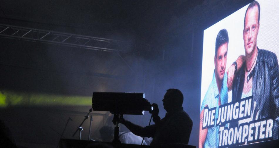 zu sehen sind die jungen Trompeter mit einem Foto auf der neuen LED Wand am Bouser Oktoberfest