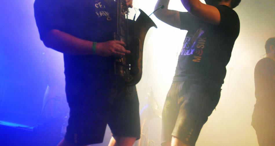 zu sehen sind zwei Musiker mit Saxophon und Trompete am Bouser Oktoberfest