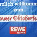 zu sehen ist ein Banner mit dem Aufdruck Herzlich Willkommen zum Bouser Oktoberfest wuenscht REWE Fischer