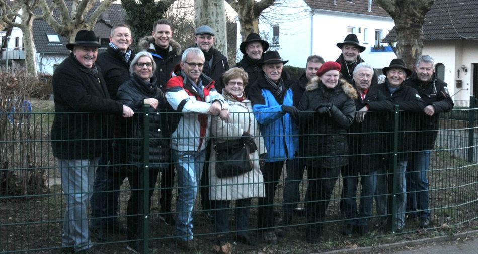 zu sehen sind Mitglieder des Gemeinderates, des Betriebshofes, Gaeste sowie Dr. Christian Neu und Buergermeister Stefan Louis vor dem neuen Zaun um den Spielplatz Goethestraße