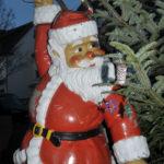 zu sehen ist eine Figur des Santa Claus am Eingang des Weihnachtsmarktes