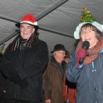 zu sehen ist die Eroeffnung des Weihnachtsmarktes mit der Vorsitzenden der Aktionsgemeinschaft Jutta Adam und Bürgermeister Louis