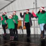 zu sehen sind Mädchen der Hampitania beim Tanz auf dem Bouser Weihnachtsmarkt