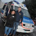 zu sehen ist Familie Müller vor dem Wuenschwagen des Arbeiter Samariter Bundes