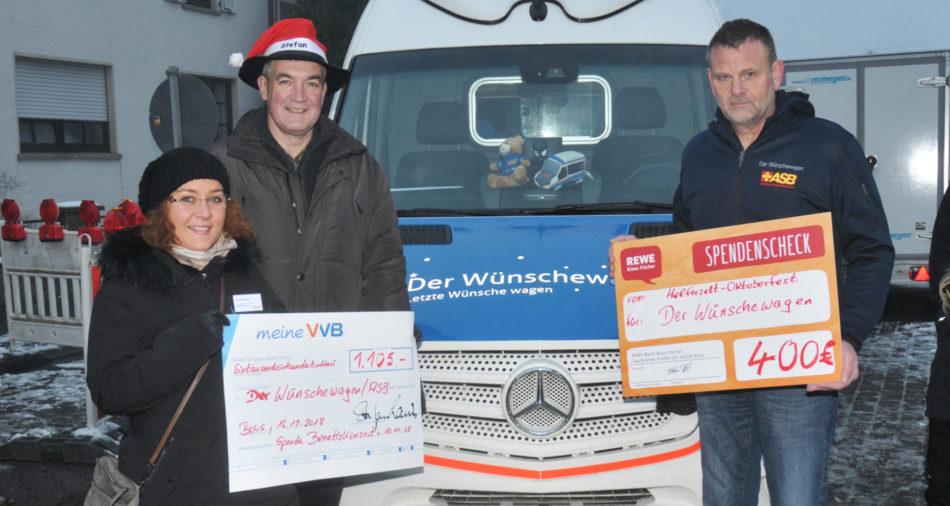 Buergermeister Louis und Familie Mueller mit den Spenden für den Wuenschewagen des ASB