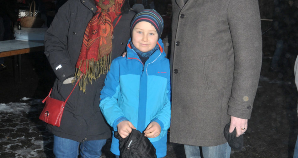 zu sehen ist der Bundestagsabgeordnete der Gruenen Markus Tressel mit Familie beim Besuch des Bouser Weihnachtsmarktes