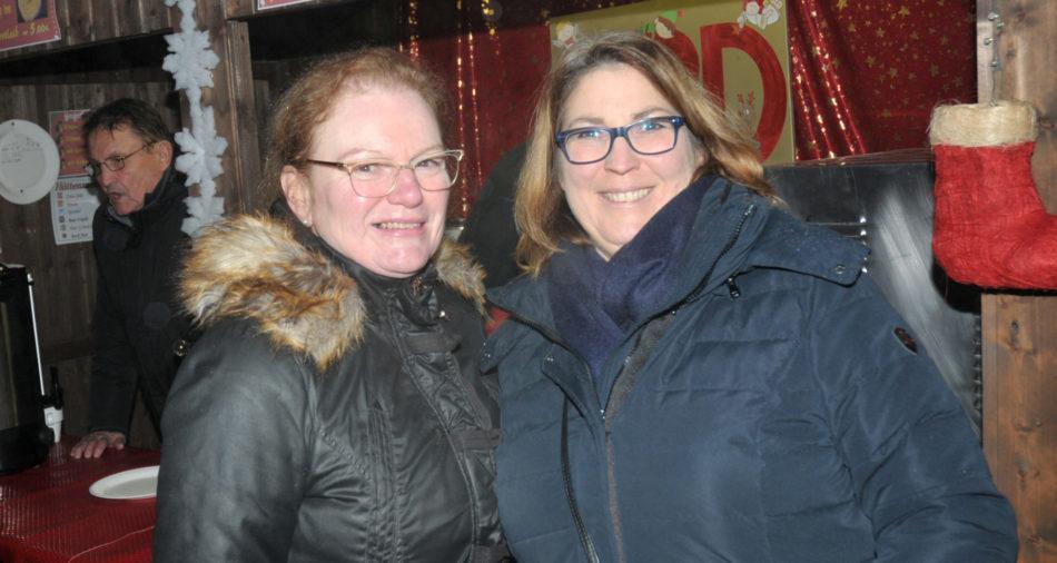 zu sehen sind Jutta Fellinger und Andrea Louis am Weihnachtsmarktstand der SPD Bous