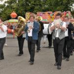zu sehen ist der Einmarsch der Musikfreunde Bous, der Schausteller, der Vereine und der Verwaltung bei der Eroeffnung der Bouser Kirmes