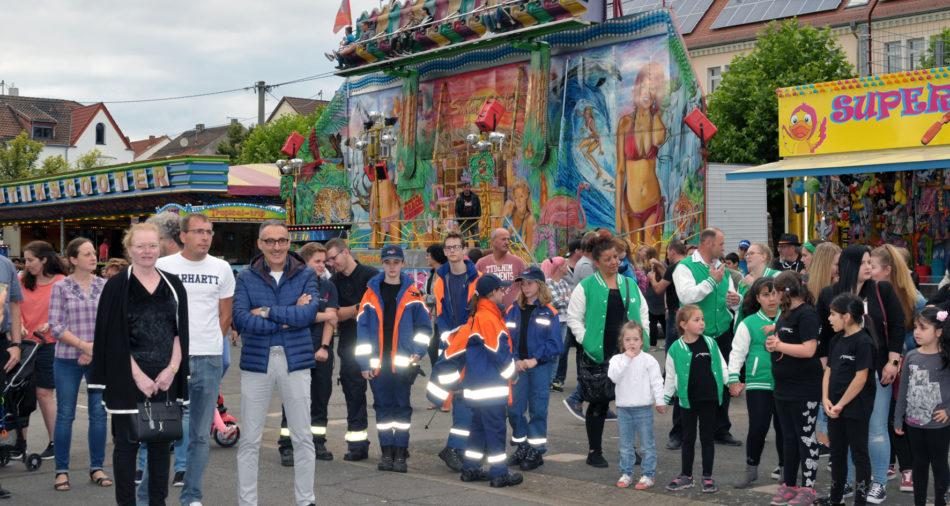 zu sehen sind Mitglieder des Gemeinderates, der Jugendwehr und der Vereine bei der Eroeffnung der Bouser Kirmes